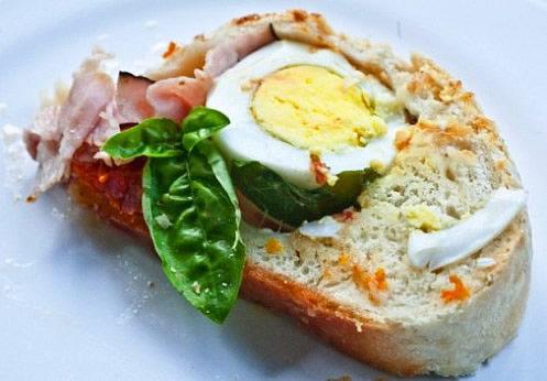 Brotkranz gefüllt mit Schinken, Eier, Käse und Antipasti – frei